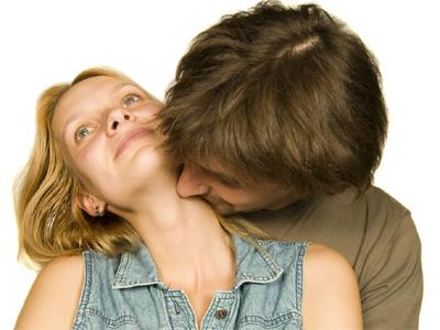 Homem cheirando mulher
