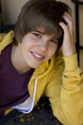 Justin Bieber mexendo no cabelo