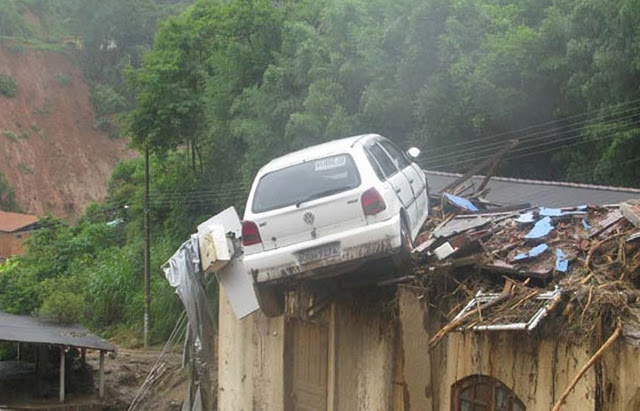 Carro em cima de casa no Estado do Rio