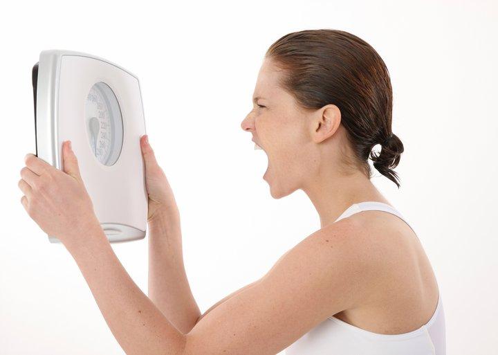 Mulher gritando com a balança