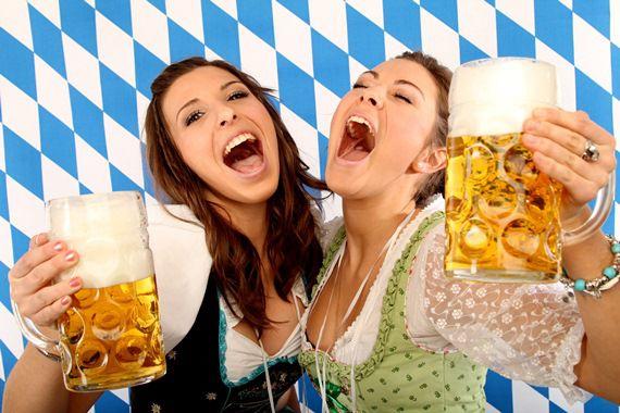 Mulheres com copo de cerveja